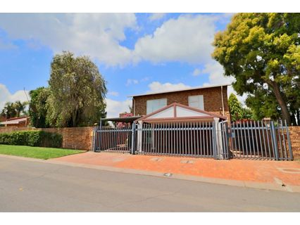R 2,500,000 - 5 Bed House For Sale in Farrarmere