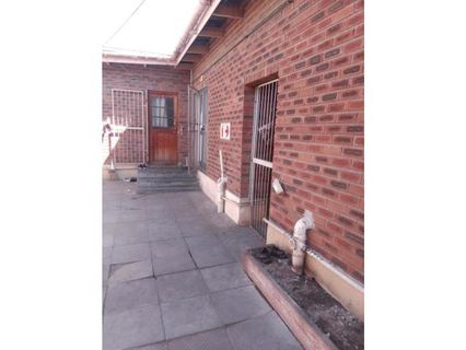 R 1,600,000 - 7 Bed House For Sale in Parow Central