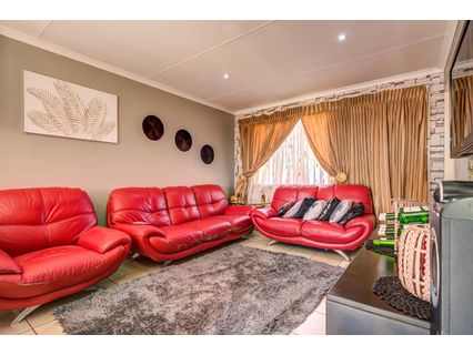 R 750,000 - 3 Bed House For Sale in Crystal Park