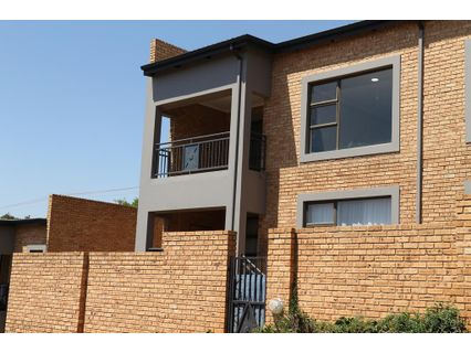 R 650,000 - 2 Bed Flat For Sale in Silverfields
