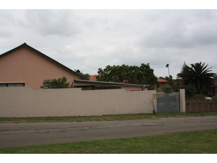 R 1,300,000 -  House For Sale in Humansdorp